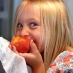 725px-Eating_a_Georgia_peach-420x420